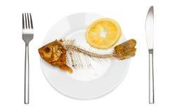 Esqueleto dos peixes com limão espremido foto de stock