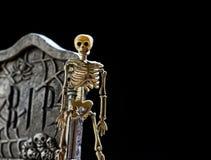 Esqueleto e lápide Imagem de Stock