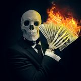 Esqueleto em um terno de negócio com um dinheiro à disposição que queima-se ilustração do vetor