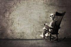 Esqueleto en un cuarto sucio imagen de archivo