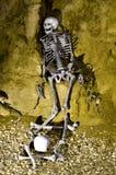 Esqueleto prisoned en cueva Foto de archivo libre de regalías