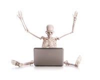 Esqueleto que trabalha no portátil Fotos de Stock Royalty Free