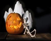 Esqueleto y fantasmas del feliz Halloween Imagen de archivo libre de regalías