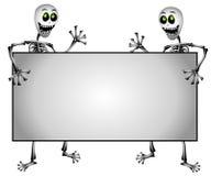 Esqueletos que prendem o sinal em branco Imagens de Stock