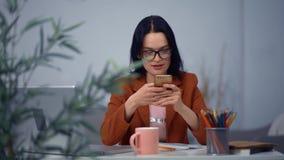 Esquema del dibujo de la muchacha de la estrategia empresarial en lugar de trabajo cómodo en oficina metrajes