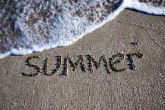 Esquema del verano del texto en la arena mojada Imagen de archivo