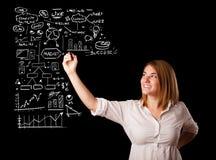 Esquema e iconos del negocio del dibujo de la mujer en whiteboard Imagenes de archivo