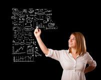 Esquema e iconos del negocio del dibujo de la mujer en whiteboard Imagen de archivo