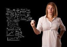 Esquema e iconos del negocio del dibujo de la mujer en whiteboard Foto de archivo
