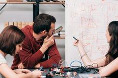 Esquema eléctrico que discute en el laboratorio Imágenes de archivo libres de regalías
