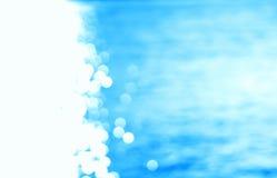 A esquerda alinhou o oceano ciano de incandescência do trajeto do sol com o backgro claro do escape foto de stock royalty free
