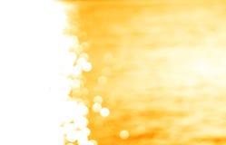 A esquerda alinhou o oceano de incandescência do amarelo do trajeto do sol com o backg claro do escape fotos de stock