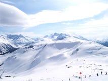 Esqui alpino em um dia ensolarado Fotografia de Stock Royalty Free
