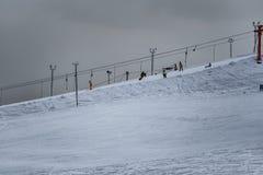 Esqui alpino na montanha em Moscou imagem de stock royalty free