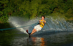 Esqui aquático do homem no lago Imagens de Stock