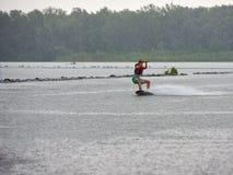Esqui aquático do homem no rio Fotos de Stock Royalty Free