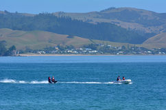 Esqui aquático dos povos sobre Mercury Bay New Zealand Imagens de Stock