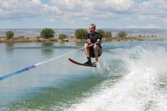 Esqui aquático maduro do slalom do homem Imagens de Stock