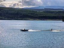 Esqui aquático no lago Imagens de Stock