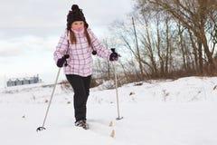 Esqui através dos campos da menina Imagens de Stock