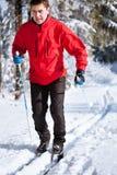 Esqui através dos campos de homem novo Imagem de Stock Royalty Free