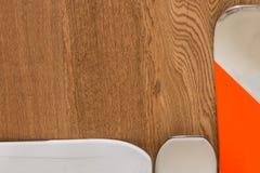 Esqui branco e alaranjado na tabela de madeira rústica com Copyspace Fotos de Stock Royalty Free