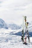 Esqui com lotes do espaço da cópia. Montanhas no backgrou fotografia de stock royalty free