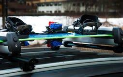 Esqui-cremalheira da bagagem com snowboard e esqui em um carro fotografia de stock royalty free