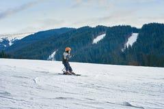 Esqui da criança nas montanhas fotografia de stock royalty free