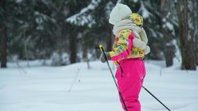 Esqui da menina na queda de neve video estoque