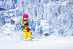 Esqui da menina nas montanhas Fotos de Stock