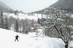 Esqui da neve abaixo de uma montanha Fotos de Stock Royalty Free
