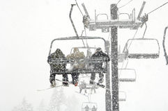 Esqui da neve durante a queda da neve Fotografia de Stock