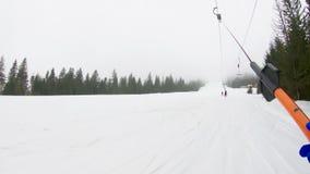 Esqui de levantamento no reboque de esqui, tiro em uma câmera da ação video estoque