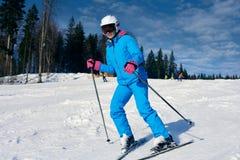 Esqui desportivo da mulher fotos de stock royalty free