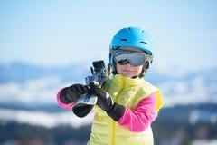 Esqui, divertimento do inverno, - menina feliz do esquiador que aprecia o feriado do esqui Imagem de Stock