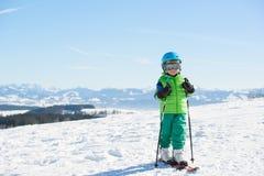Esqui, divertimento do inverno, - menino de sorriso do esquiador que aprecia o feriado do esqui Imagem de Stock