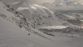 Esqui do esquiador na montanha em um dia nebuloso foto de stock