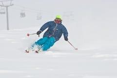 Esqui do homem novo na tempestade de neve Fotografia de Stock Royalty Free