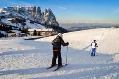 Esqui do pai e do filho nas inclinações nevado dos cumes Imagem de Stock