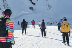 Esqui dos povos em alpes europeus. Fotos de Stock