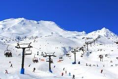 Esqui e snowboarding do turista na neve Mt Ruapehu fotografia de stock