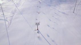 Esqui e snowboarding dos povos na inclinação da neve na estância de esqui do inverno Elevador do esqui na opinião do zangão da mo vídeos de arquivo