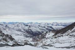Esqui e snowboarding nos cumes Imagem de Stock Royalty Free