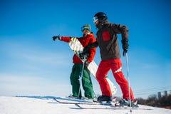 Esqui em declive, esquiadores na parte superior da inclinação Imagem de Stock