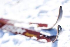 Esqui em uma inclinação do esqui: perspectiva do fim-acima Imagens de Stock Royalty Free