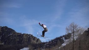 Esqui FIS Junior World Chanpionship do estilo livre, atleta no slopestyle Movimento lento vídeos de arquivo