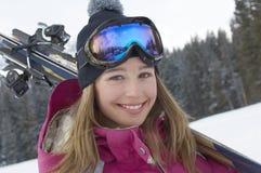 Esqui levando da jovem mulher imagem de stock