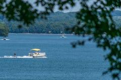 Esqui no lago com um barco do pontão imagens de stock