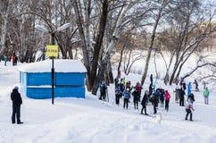 Esqui nos bancos do rio de Ural Orenburg, Rússia 02/04/2017 foto de stock